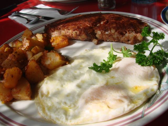 Corned_beef_hash_and_eggs_2